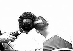 Сантьяго Сьерра. 10-дюймовая линия, выбритая на головах двух наркоманов, получивших в качестве оплаты дозу героина. Октябрь 2001, Пуэрто-Рико. Кадр из видеодокументации. © Santiago Sierra