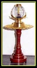 Tafeltje met lamp, lamp brand echt. Tafelpoot gedraaid uit nylon, blad ornament. Voet van de lamp gedraaid uit messing. Lampenkap gemaakt van een kraal.