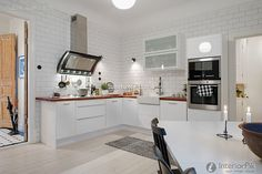 L-shaped kitchen design is using a couple of adjacent walls in the design. Kitchen Worktop, Kitchen Dining, Kitchen Decor, Interior Design Kitchen, Interior Decorating, L Shaped Kitchen Designs, Scandinavian Kitchen, Kitchen Photos, Cuisines Design