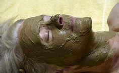 (Zentrum der Gesundheit) - Bentonit ist eine Heilerde mit ausserordentlicher Kraft. Bentonit kann Gifte aus dem Körper ausleiten und dabei helfen, die Selbstheilungskräfte des Organismus zu aktivieren. Daher ist Bentonit meist ein wichtiger Bestandteil von Darmreinigungsprogrammen. Bentonit kann allerdings auch als Gesichtsmaske oder Pflegepackung verwendet werden und so die Entgiftung über die Haut anregen. Wir verraten Ihnen, wie Sie die heilenden Eigenschaften von Bentonit am besten…