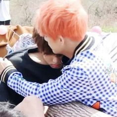 This is still one of my favourite vkook moments, it's so soft baby protec Taekook, Namjin, Yoonmin, Otp, Boy Band, Jungkook V, Kids Choice Award, Idol, Bts Aesthetic Pictures