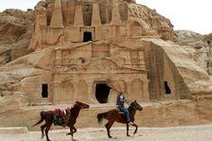 Petra en Jordania Petra es una ciudad excavada y esculpida en la piedra que se localiza en el valle del Aravá en Jordania. Todos los que la visitan se sorprenden con la grandeza de esta construcción, por lo que desde el 2007 forma parte del selecto grupo de Las nuevas siete maravillas del mundo moderno.