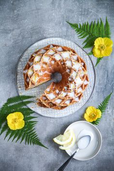 Rezept für supersaftigen Zitronengugelhupf mit Kokoszitronenglasur - lemon drizzle bundt cake with coconut glaze