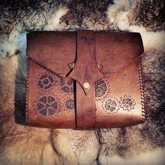 Bolsa feito em couro, costura e marcação manual.