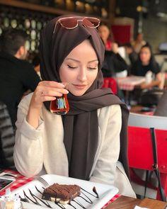 Image may contain: 1 person, closeup Hijab Style Dress, Casual Hijab Outfit, Hijab Chic, Niqab Fashion, Modest Fashion Hijab, Arab Girls Hijab, Muslim Girls, Mode Abaya, Mode Hijab