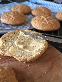 6 FIBERBOLLER 4 æg 1,5 dl hytteost 30 g smeltet smør 1,5 dl (ca. 50 g) almindeligt mandelmel (købt eller hjemmemalet i foodprocessoren) 1,5 dl (ca. 30 g) Pofiber 0,5 dl sesamfrø + til drys 1-2 spsk loppefrøskaller 1 tsk bagepulver 1 tsk salt
