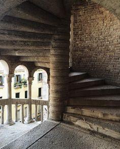 """Denominata """"del Bovolo"""" per la sua scala a chiocciola.. #venezia #scalacontarinibovolo by mglncl"""
