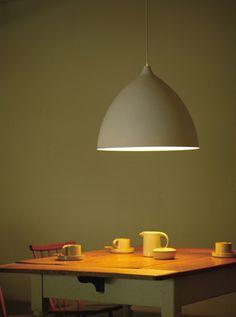 flame mousse L 44,000yen + tax  150watt(max)×1/E26ランプ別 φ512 h418 2.0kg  aluminum/white  cord/1.5m・white 引掛シーリング  - 適合ランプ  シリカ球150w×1/E26 電球型蛍光灯EFG25×1/E26  LEDランプ LDG形100w形相当×1/E26 LDA形80w形相当×1/E26 推奨:LDG形(ボール電球形)   泡立てたムースをかたどったペンダント。卵の殻のような繊細な質感のアルミシェードは、薄く軽やか。シンプルでモダンな空間に限らず、使い込まれた味のある空間にもなじみます。真っ白なランプシェードからの灯りは、床面やテーブル上を明るく照らし、空間にやわらかく広がります。 Lサイズは150Wまで。2m以上の大きなテーブルなどに。存在感のある大きさがアクセントとなります。  もうすこし透け感のあるシェードがほしい。