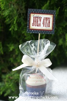 of July cupcakes . a great way to package up cupcakes using small plastic cups, cello bags and festive gift tags! Cupcake Gift, Cupcake In A Cup, Cupcake Cakes, Cupcake Party, Patriotic Party, 4th Of July Party, Fourth Of July, Cupcake Packaging, Cupcake Toppers Free