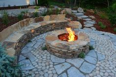 Flagstone is one of the best materials for patios and hardscape designs in general. Here's 40 stunning flagstone patio ideas with fire pit, good for DIY. Fire Pit Seating, Fire Pit Table, Fire Pit Backyard, Seating Areas, Hardscape Design, Patio Design, Rustic Fire Pits, Rustic Stone, Rustic Modern
