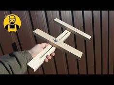 Very useful device for a circular saw! Woodworking Workshop, Woodworking Projects Diy, Woodworking Jigs, Diy Wood Projects, Serra Circular Manual, Circular Saw Table, Wood Jig, Diy Furniture Videos, Homemade Tools