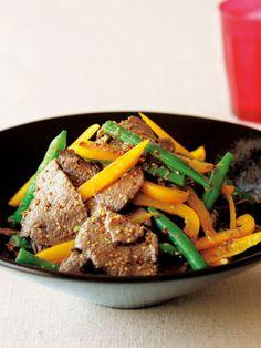 牛肉のソテーは、温野菜サラダの感覚で食べよう。|『ELLE a table』はおしゃれで簡単なレシピが満載!