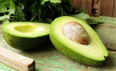Aprenda a fazer uma hidratação caseira com abacate para tratar cabelos secos