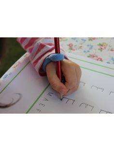 Polsiera impugnafacile ausilio in grado di correggere e sostenere una giusta posizione del'articolazione del polso durante le attività di scrittura.