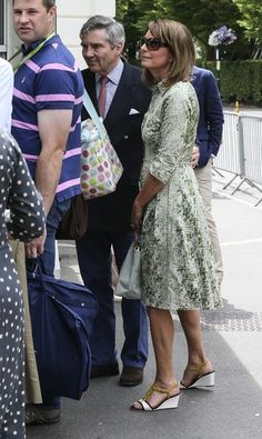 Carole Middleton Photos - Carole and Michael Middleton are pictured arriving at London's All England Lawn Tennis and Croquet Club for day two of the 2015 Wimbledon Championships. - Carole and Michael Middleton at 2015 Wimbledon Championships Kate Middleton Parents, Pippa Middleton Style, Carole Middleton, Pippa And James, Royal Dresses, Princess Charlotte, Duchess Of Cambridge, Fashion 2020, Street Style Women