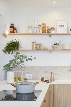 Lieu de convivialité par excellence, surtout quand elle est ouverte, la cuisine doit avant tout être bien équipée, ergonomique et disposer de nombreux rangements. Mais comment lui donner un style unique et harmoniser mais aussi fonctionnel et pratique ? Il suffit d'une dominante de blanc et de bois clair, de touches minérales et d'étagères décoratives pour inscrire la cuisine dans une ambiance nature et zen qui transforme tout l'espace. Découvrez comment aménager cette cuisine chaleureuse. Styles, Interior Ideas, Zen, Unique, Table, Furniture, Home Decor, U Shaped Kitchen, Everything