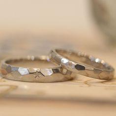 マットな質感と手しごと感がお気に入りのプラチナ仕立ての結婚指輪