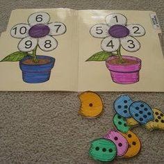 Jogo pedagógico para ensino das vogais maiúsculas e minúsculas, bastão e cursiva.   Para exercitar a identificação d...