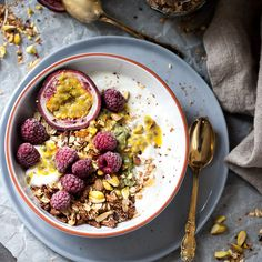 This Raspberry & Passion Fruit Greek Yogurt Granola is simply divine plus its This Raspberry & Passion Fruit Greek Yogurt Granola is simply divine plus its fast & easy to make. Source by snixykitchen Breakfast And Brunch, Greek Yogurt Breakfast, Breakfast Bowls, Perfect Breakfast, Turkish Breakfast, Mexican Breakfast, Breakfast Sandwiches, Breakfast Pizza, Breakfast Ideas