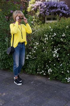 Jeans and a jumper doesn't have to be dull - be the sunshine on a cloudy day with this easy, everyday look. Yellow Jumper Outfit, Long Green Skirt, Yellow Pumps, Wardrobe Makeover, Yellow Springs, Blue Summer Dresses, Mature Fashion, Lemon Yellow, Everyday Look