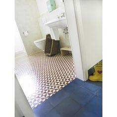 Ein VIA-Klassiker: Zementmosaikplatte in rot-weiß mit einem wunderschönen geometrischen Muster: 10432 #zementplatte #mosaik #mosaic #tiles #fliesen #redwhite #rotweiß #kitchen #küche #bathroom #bath #bad #badezimmer viaplatten.de