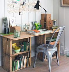 Caixotes de madeira como escrivaninhas