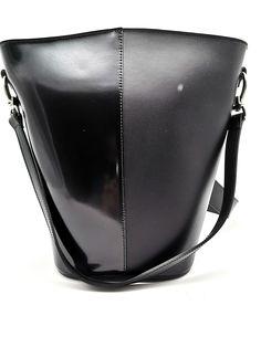 Fekete marhabőr design női táska. Található rajta egy vállpánt és egy hátpánt is. Egyterű belső tér cipzáros zsebbel. Méret: 19x32x16 cm Bucket Bag, Bags, Design, Fashion, Handbags, Moda, Fashion Styles, Fashion Illustrations