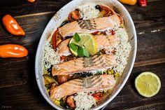 Mediterraner Lachs mit Reis aus dem Ofen. Ein schnelles Rezept für Lachsfilets, Gemüse und Reise aus einem Topf.