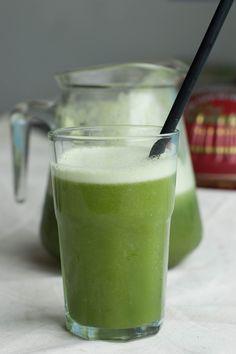 Suco verde com casquinhas de abacaxi
