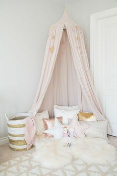 Wunderbar Kinderzimmer Dekoration Bunte Kissen In Goldener Farbe Rosa Weiß  Kuschelteppich Spielecke Im Zimmer Zimmer Mädchen,