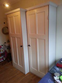 kledingkast en legplankenkast met hergebruikte deuren , en een sierlijst langs de bovenkant