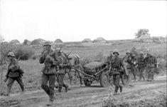1942, Union Soviétique, Un groupe de soldats allemands marche sur une route