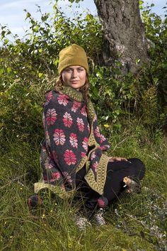 Unika garnkits. Christel Seyfarths produktion består især af håndstrikkede sjaler og frakker med utrolig farve- og mønsterrigdom. Mange modeller sælges som garnkits, man selv skal strikke. Modeller og garnkits kan ses på Christel Seyfarths hjemmeside.