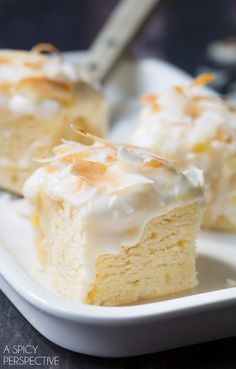 piña colada cake squares with pineapple icing Piña Colada Cake, Pina Colada, Pineapple Dessert Recipes, Pineapple Cake, Crushed Pineapple, Pineapple Juice, Köstliche Desserts, Delicious Desserts, Baking Recipes