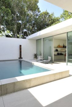 Swimming Pool Ideas : The Row flagship store on Melrose Place in Los Angeles. [Photo by Donato Sardella] Courtyard Pool, Modern Courtyard, Exterior Design, Interior And Exterior, The Row, Mini Pool, Melrose Place, Modern Pools, Plunge Pool