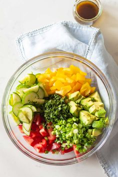 Cucumber Tomato Avocado Salad ingredients in a large glass bowl and balsamic vinaigrette in a separate glass jar Avocado Toast, Cucumber Avocado Salad, Avocado Salat, Zucchini Salad, Avocado Dessert, Healthy Cooking, Healthy Eating, Healthy Recipes, Batch Cooking