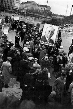 Väino Kannisto: Vasemmiston yhteinen vappukulkue lähtee Kallion urheilukentältä, 1.5.1946 © Helsingin kaupunginmuseo