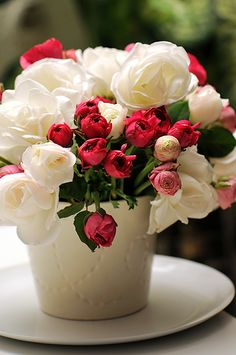 flowers make me smile Happy Flowers, Flowers Nature, Love Flowers, Red And White Flowers, White Roses, Flower Centerpieces, Flower Vases, Teacup Flowers, Bouquet Champetre