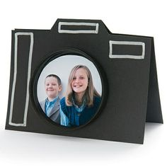 This is a great card idea from Spoonful, especially if Dad's a photographer extraordinaire. This easy camera card only needs a little cutting and pasting so it can even be made last-minute. #DIY #FathersDay