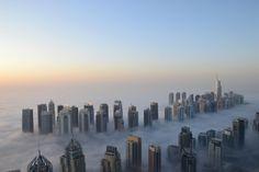 Dubai al amacecer...Cuando el hombre quiere alcanzar el cielo y dormir entre las nubes...foto espectacular del alba ¿no crees? #Dubai #rascacielos #cielo #alba #amanecer #nubes