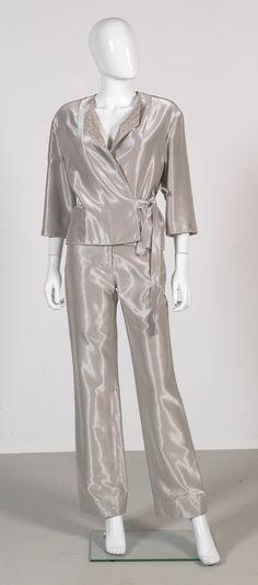 Chanel Auktion Lot 55: Chanel Hosenanzug aus der Spring Collection 1999, einfache Bundweite Hose 35 cm, Hosenlänge 105 cm, Größe 34. Mehr Informationen auf der Website.