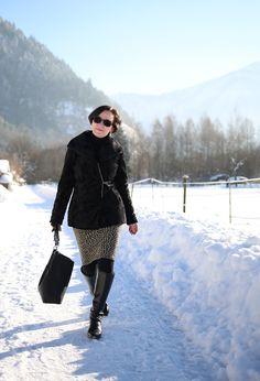 Klassischer Bürolook mit Blazer, Bleistiftrock und Lederstiefeln im Winter