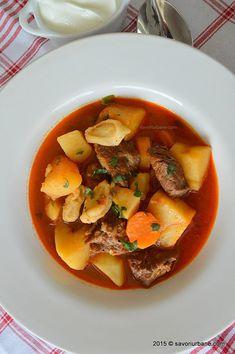 Gulas unguresc traditional reteta clasica Savori Urbane (3) Romanian Food, Ratatouille, Food Inspiration, Thai Red Curry, Recipies, Goodies, Lunch, Urban, Cooking