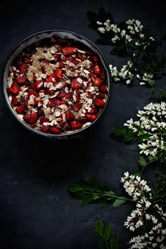 Pratos e Travessas: Bolo de morango, flores de acácia e amêndoa # Strawberry, acacia flowers and almond cake | Food, photography and stories