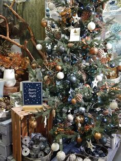 Christmas Tree Themes : Starry, starry night – coppers, golds and dark blues Types Of Christmas Trees, Blue Christmas Decor, Black Christmas Trees, Christmas Tree Themes, Noel Christmas, Christmas Colors, Rustic Christmas, Beautiful Christmas, Christmas Inspiration
