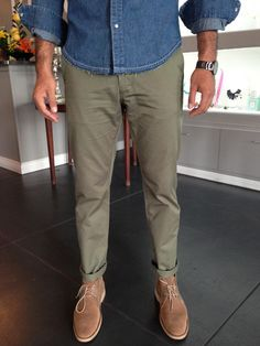 Slim Fit Chino with those shoes Olive Chinos, Olive Pants, Classic Outfits, Casual Outfits, Stylish Men, Men Casual, Luxe Boutique, Slim Fit Chinos, Colored Pants