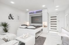 Yksiön olohuoneessa oleva helppokäyttöinen 160cm kaappisänky on nerokas keksintö, joka säästää useammankin neliön. Olohuone muuntautuu kädenkäänteessä makuuhuoneeksi.