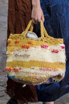 Daniela Gregis at Milan Fashion Week Spring 2018 - Details Runway Photos Crochet Shell Stitch, Crochet Tote, Crochet Handbags, Crochet Purses, Diy Crochet, Sacs Tote Bags, Yarn Bag, Purse Patterns, Crochet Patterns For Beginners