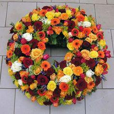 Sezónny mix  Exkluzívný veniec v tvare kruhu so sezónnych kvetov podla dostupnosti (prípadne vieme vyhotoviť veniec vo farbe akej si želáte) a dekoračnou zeleňou podla sezonnej dostupnosti. Základná veľkosť venca je 60cm. Veľkosť a farba venca je volitelná. Veniec doručíme na presný čas na obrad alebo Vami zadanú adresu. K vencu je v cene aj smútočná stuha podľa výberu s Vaším vlastným textom.  #sezonny #mix #smútočný #veniec #wreath #funeral #okrúhly #colours