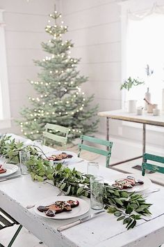 Christmas setup via Dreamy Whites. Farmhouse Christmas, Rustic Christmas, Table Scape Ideas, Greenery, Natural Christmas, Plain Tree, Christmas Tree,